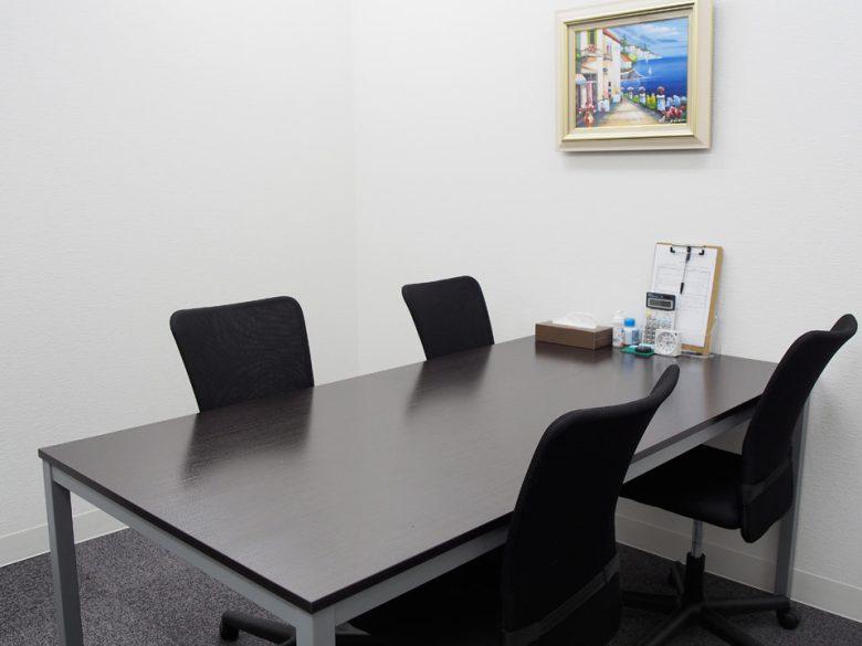 相談スペースの机と椅子